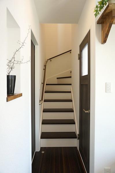 倉敷市 黒と白のお洒落な家・玄関階段